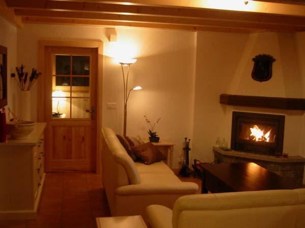 Wohnzimmer mit kamin chalet bei verbier schweiz